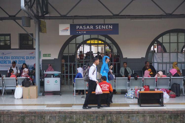 penumpang tiba di Stasiun Pasar Senen.