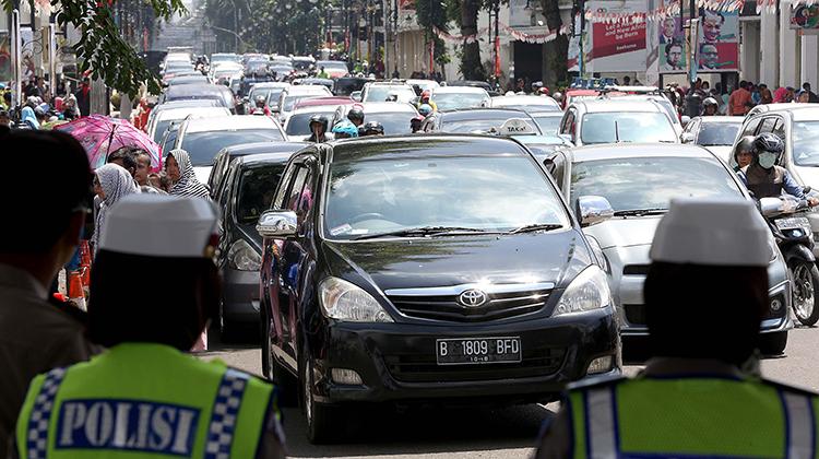 arus lalu lintas mulai tersendat.