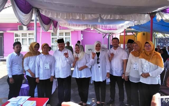Alex Noerdin datang ke tempat pemungutan suara (TPS) 04, Kelurahan Talang Semut, Kecamatan Bukit Kecil