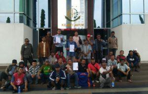 Warga Desa Petisbenem Duduksampeyan Gresik saat berkumpul didepan Kantor Kajati Jawa Timur