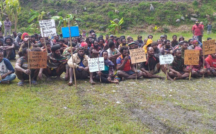 Kepala Kampung dan Masyarakat di Puncak Jaya menggelar aksi demo menuntut Bupati Puncak Jaya Menjalankan Putusan Mahkamah Agung dengan Merehabilitasi nama 125 Kepala Kampung yang Diganti Secara Sepihak.